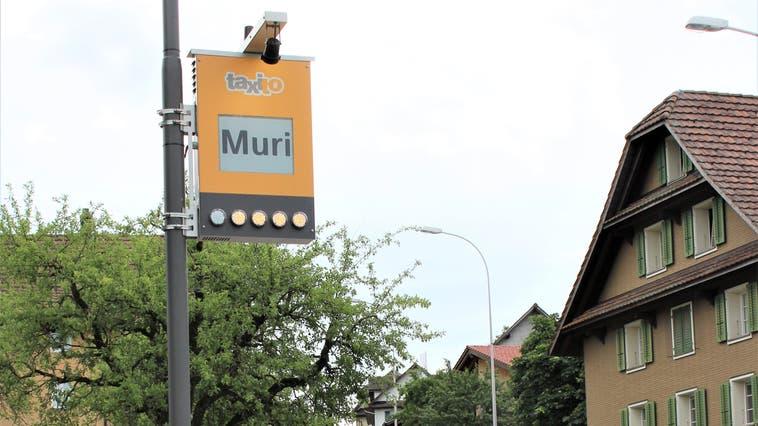 Wer nimmt sie mit? Die Schongauer Gemeinderätin Melanie Casanova hat den Zielort Muri gerade in ihr Handy eingetippt. (Bild: PD/Grazielle Jämsä)