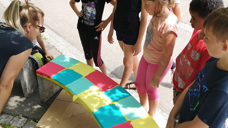 Die dritte und die vierte Klasse des Schulhauses Obermatt in Möhlin bemalten in der Projektwoche vor den Sommerferien Betonbänke. (Schule Möhlin Obermatt)