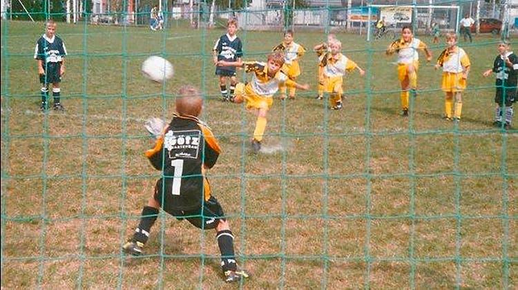 Kindheit in Augst: Schon mit vier Jahren spielt «Xherdi», wie sie Shaqiri als Bub nennen, beim SV Augst. Und bald einmal entdeckt ihn der FC Basel. (Sv Augst)