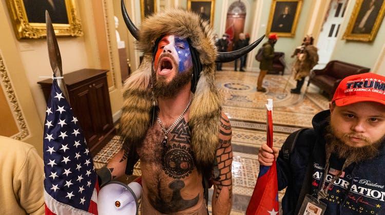 Trump-Anhänger in Kampfverkleidung im Innern des Kapitols. (Archivbild) (Keystone)