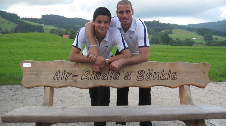 Sommer 2009: Ivan Benito (rechts) und Göttibub Loris Benito im Trainingslager mit dem FC Aarau. (Freshfocus)
