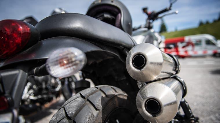 Motorradfahrer stürzt bei Überholmanöver und verletzt sich mittelschwer