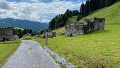 Durch den Übungsplatz Chollochführt der offizielle Wanderweg. (Bild: Simon Dudle)