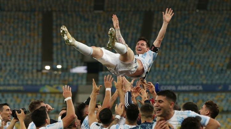 Die Spieler Argentiniens feiern nach dem Sieg ihren Captain Lionel Messi. (Andre Coelho / EPA)