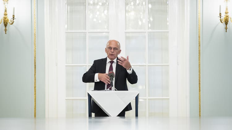 Ueli Maurer vor den Medien in Bern. (Keystone)