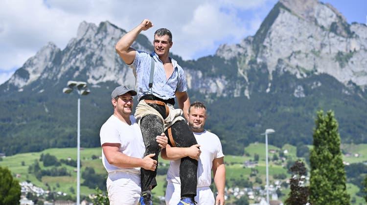 Samuel Giger auf den Schultern seiner Verbandskameraden nach dem Sieg. (Bild: Gian Ehrenzeller/Keystone)