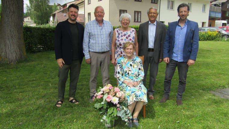 Die Jubilarin Emma Germann (vorne) ist umringt von Dominik, Ernest, Rosi, Christian und Oliver Germann (v.l.). (Walter Schmid)
