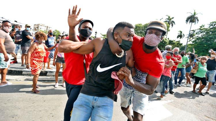Anti-Regierungsdemonstranten wurden auf offener Strasse von Polizisten in zivil verhaftet. (EPA)