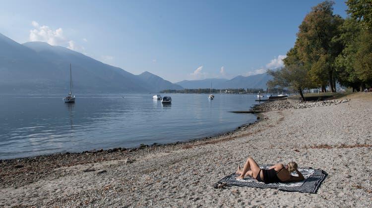 Ein junger Pedalofahrer verschwand am Sonntag spurlos im Lago Maggiore. (Archivbild) (Keystone)