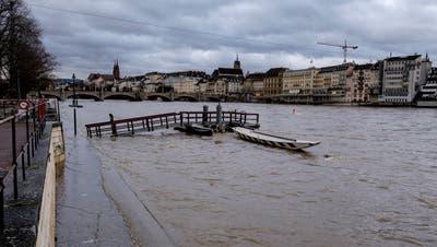 Rhein führt Hochwasser, Rhein bei der Kaserne, Fährbetrieb ist eingestellt, Steg zur Fähre nicht mehr zu erreichen (Kenneth Nars / BLZ)