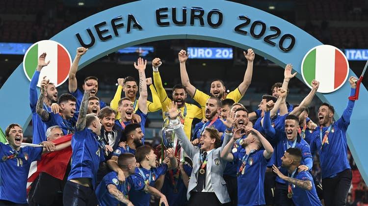 Italien feiert: Hier bei der Pokalübergabe im Wembley. (Michael Regan / AP)