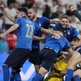Die Italiener wissen, bei wem sie sich zu bedanken haben: Torhüter Gianluigi Donnarumma. (Laurence Griffiths/Pool via AP)
