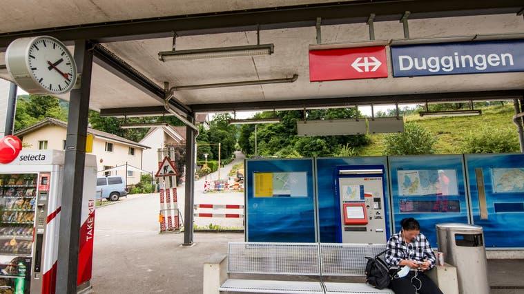 Am Bahnhof in Duggingen wurde in den vergangenen Jahren einiges verbessert. Der steile Weg ins Dorf ist jedoch bis heute geblieben. (Nicole Nars-Zimmer (niz) / BLZ)