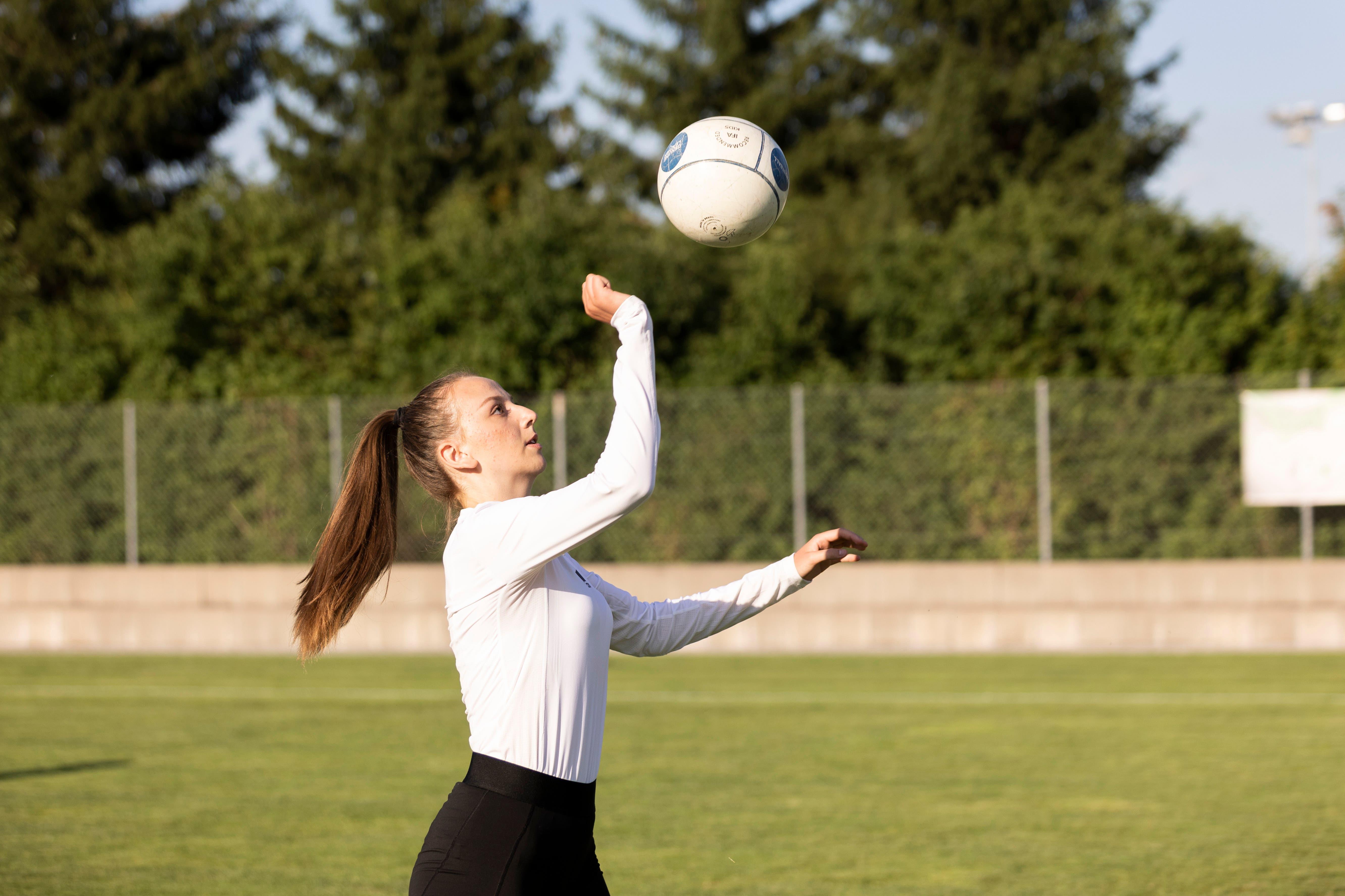 Lange Ärmel trotz strahlendem Sonnenschein: Lana trägt wie die meisten Faustballerinnen langärmlige Kleidung, um sich vor dem Aufschlag des harten Balls zu schützen.