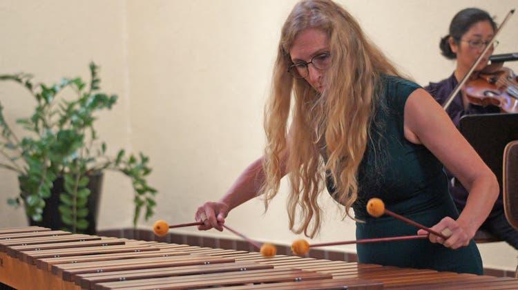 «Inez Ellmann als Solistin zu haben. war für uns alle ein riesiger Glücksfall», sagte der Dirigent PascalDruey über die Solistin am Marimbafon. (Christian Murer)
