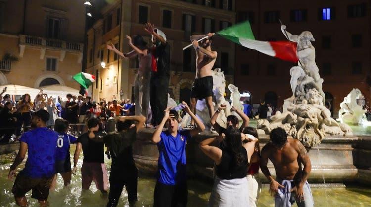 Der Jubel kannte in Rom keine Grenzen: Italienische Fans feiern den EM-Triumph ihrer «Azzurri». (Keystone)