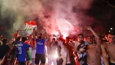 Jubelszenen in Rom: Italienische Fans feiern den zweiten EM-Sieg der «Azzurri». (Keystone)