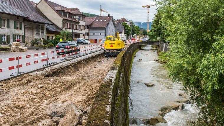 Hochwasser haben im Juni im Waldenburgertal grosse Schäden verursacht (im Bild die Baustelle der Waldenburgerbahn und die Frenke in Hölstein). Mehrere Schutzprojekte sollen nun Abhilfe schaffen. (Nicole Nars-Zimmer)