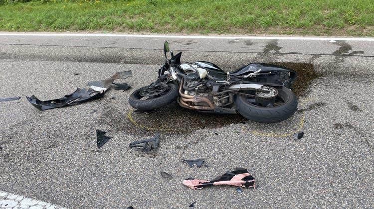 Das Motorrad wurde beim Zusammenprall stark beschädigt. (Kapo AG)