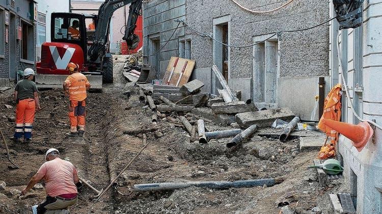 Die Hörnligasse in Baden: Vorne gut erkennbar sind die Grundmauern von Steingebäuden. In der Römerzeit befand sich hier eine terrassierte Hangbebauung. (Bild: zvg / Kantonsarchäologie)