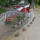 Beim Aarebistro stellen die Mitarbeitende eine Verbauung gegen das Hochwasser auf.