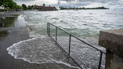 An manchen Stellen wie hier auf der östlichen Seeuferpromenade in Rorschach schwappt der See bei Wellengang bereits über das Ufer. (Bild: Ralph Ribi (13. Juli 2021))