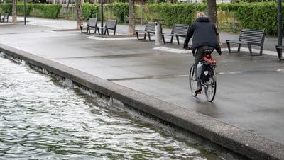 Hoher Pegelstand in Rorschach: Bei Wellengang schwappt teilweise etwas Wasser über das Ufer. (Bild: Ralph Ribi (13. Juni 2021))