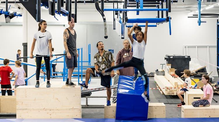 Angelehnt an die TV-Sendung «Ninja Warrior Switzerland»: In der neuen Trendsporthalle in Basel verbringen Kinder und Jugendliche ihre Sommerferien. (Kenneth Nars)
