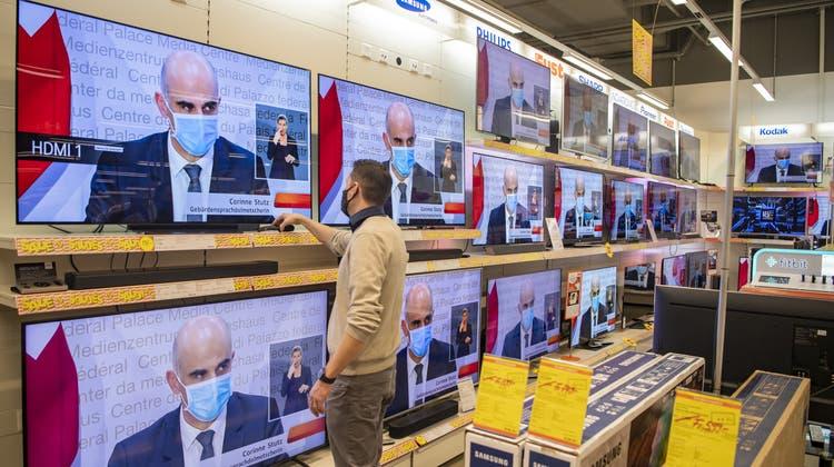 Die Schweizer Bevölkerung schaute im ersten Halbjahr durchschnittlich 144 Minuten Fernsehen. (Keystone)