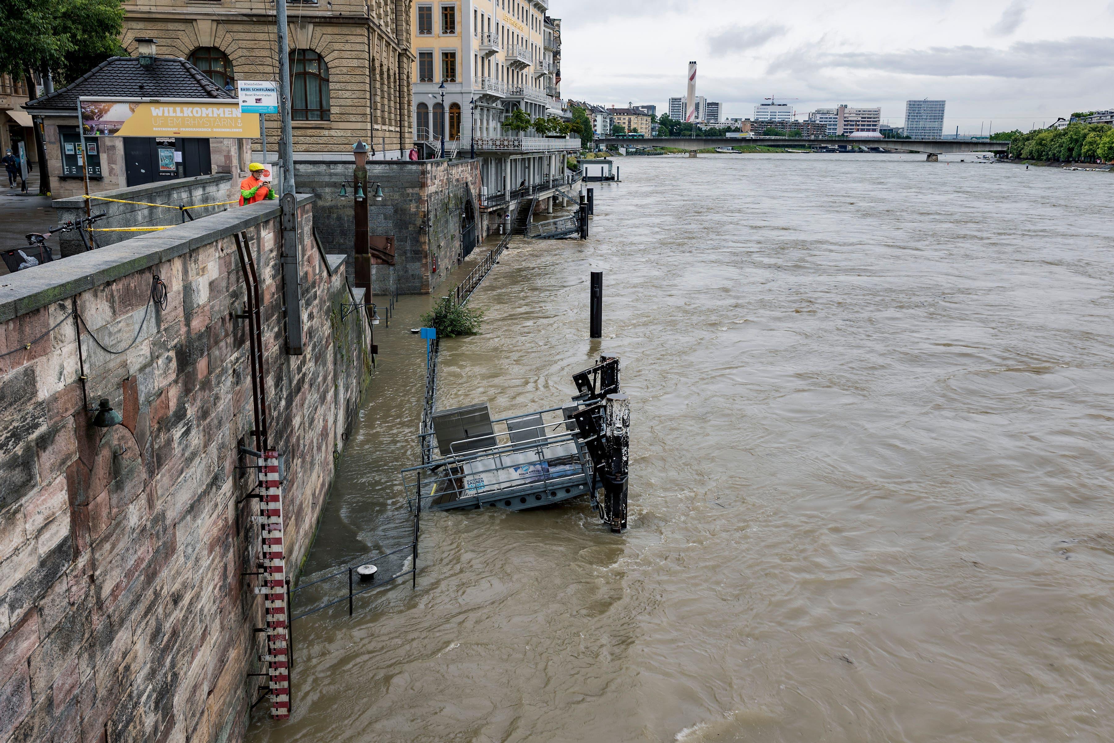 Der Rhein ist derzeit fast überall abgesperrt.