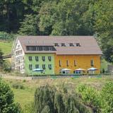 Letzter Stein des Anstosses: Der grün-orange Anstrich der Waldgrotte. (bz Archiv)
