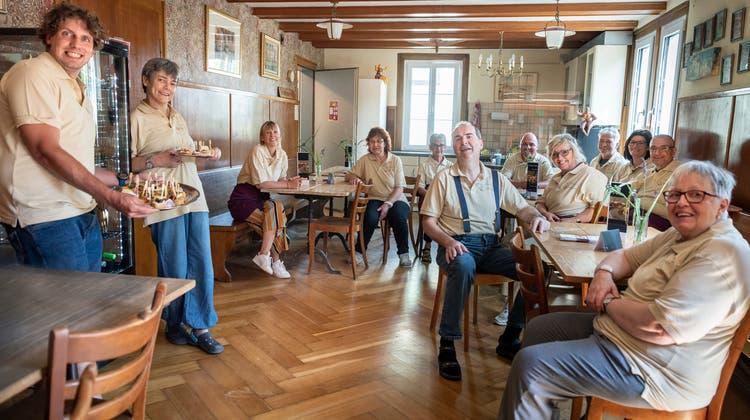 Die Bewohnerinnen und Bewohner sowie einige Betreuerinnen im Beizli der Wohngemeinschaft Landhaus in Kreuzlingen. (Bild: Andrea Stalder)