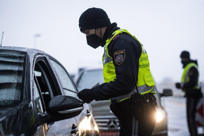 La policía controla a los pasajeros en la aduana de Austria.