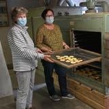 Von links: Die OGV-Vereinsmitgliederinnen Käthy Schlüttel undCécile D'Arco eröffnen die Saison 2021 mit den ersten Apfelscheiben. (Bruno Kissling)