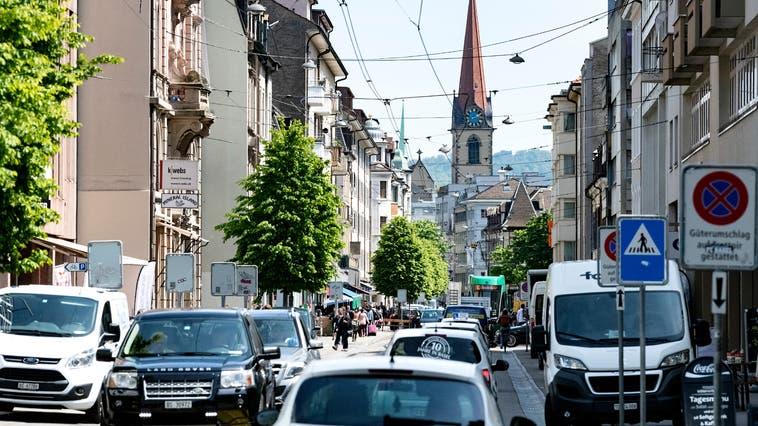 Die Güterstrasse wird fast den ganzen Tag über stark genutzt von Autos, Velos, Trams und Lieferanten. (Kenneth Nars)