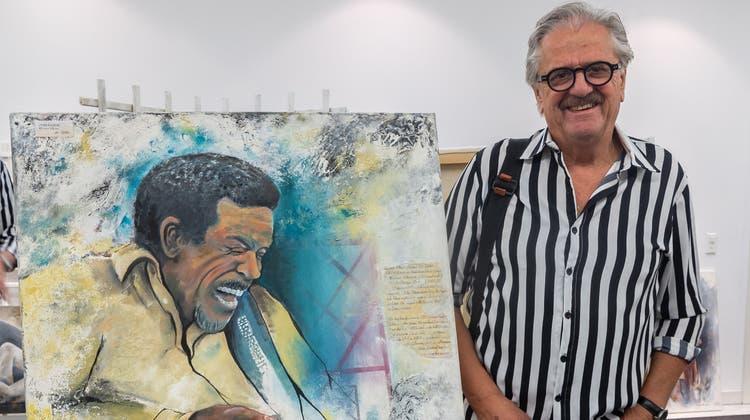 Willi Rüegsegger mit seinem Lieblingsbild; es zeigt den Blues-Gitarristen Luther Allison. (zvg)