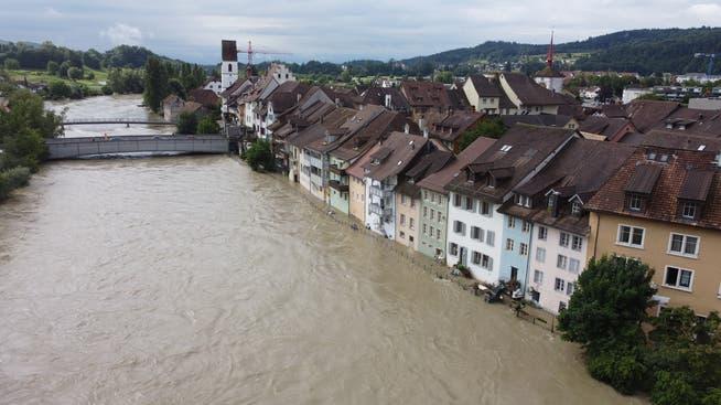 Hochwasser in Mellingen am 13.07.2021: In Mellingen führt die Reuss enorm viel Wasser. Teilweise ist sie auch über die Ufer getreten.