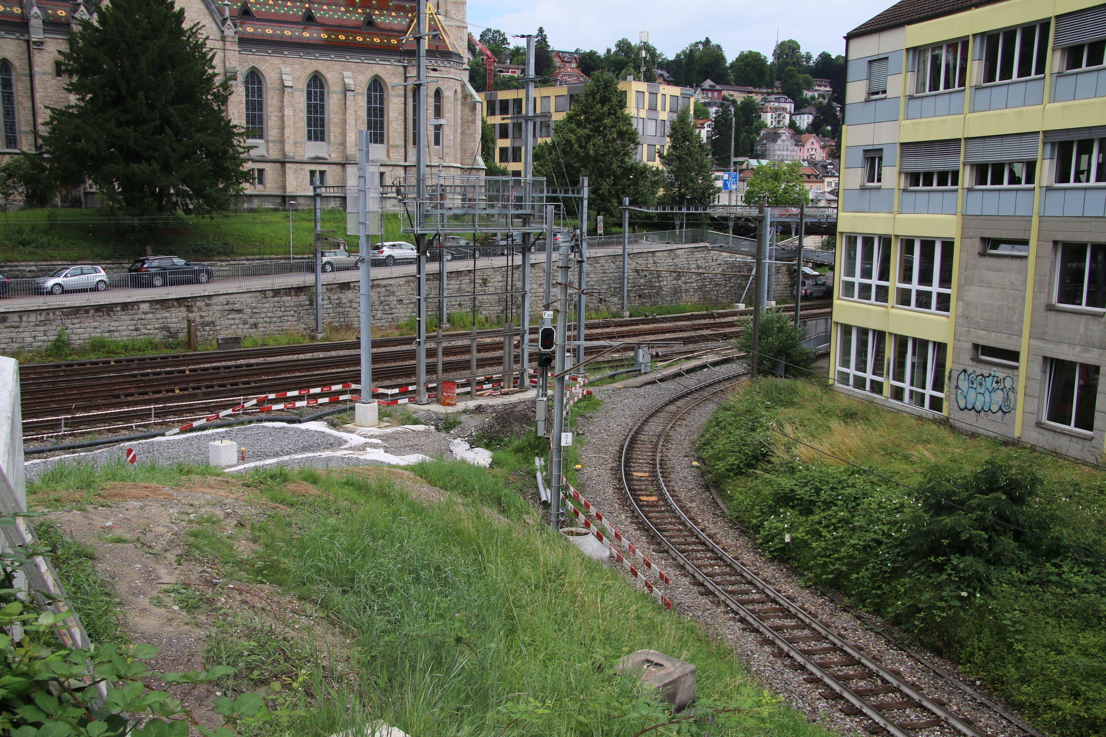 Die Verzweigung mit dem bisherigen (rechts) und dem neuen (links) Gleis des Gaiserbähnlis kurz nach der St.-Leonhard-Brücke am Ostende des alten Güterbahnhofs.