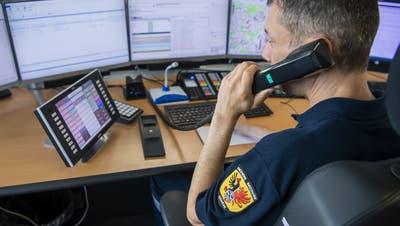 Ein Genfer Feuerwehrmann nimmt einen Notruf entgegen. Am 9. Juli war dies fast in der ganzen Schweiz nur über eine Ersatznummer möglich (Martial Trezzini / KEYSTONE)
