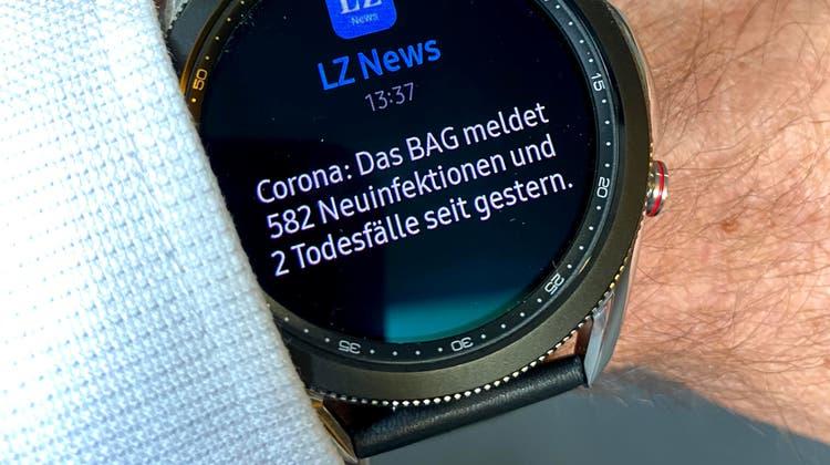 Push-Meldungen wie auf dem Handy: Die SamsungGalaxy Watch 3am Handgelenk des Autors. (Bild: pmü)