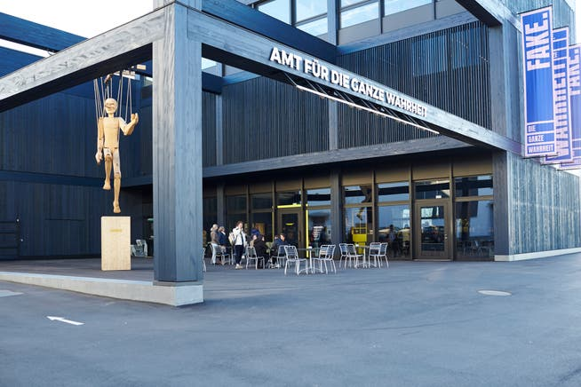 Ein Vorplatz mit einer Pergola, der das Museum zur Stadt öffnet.