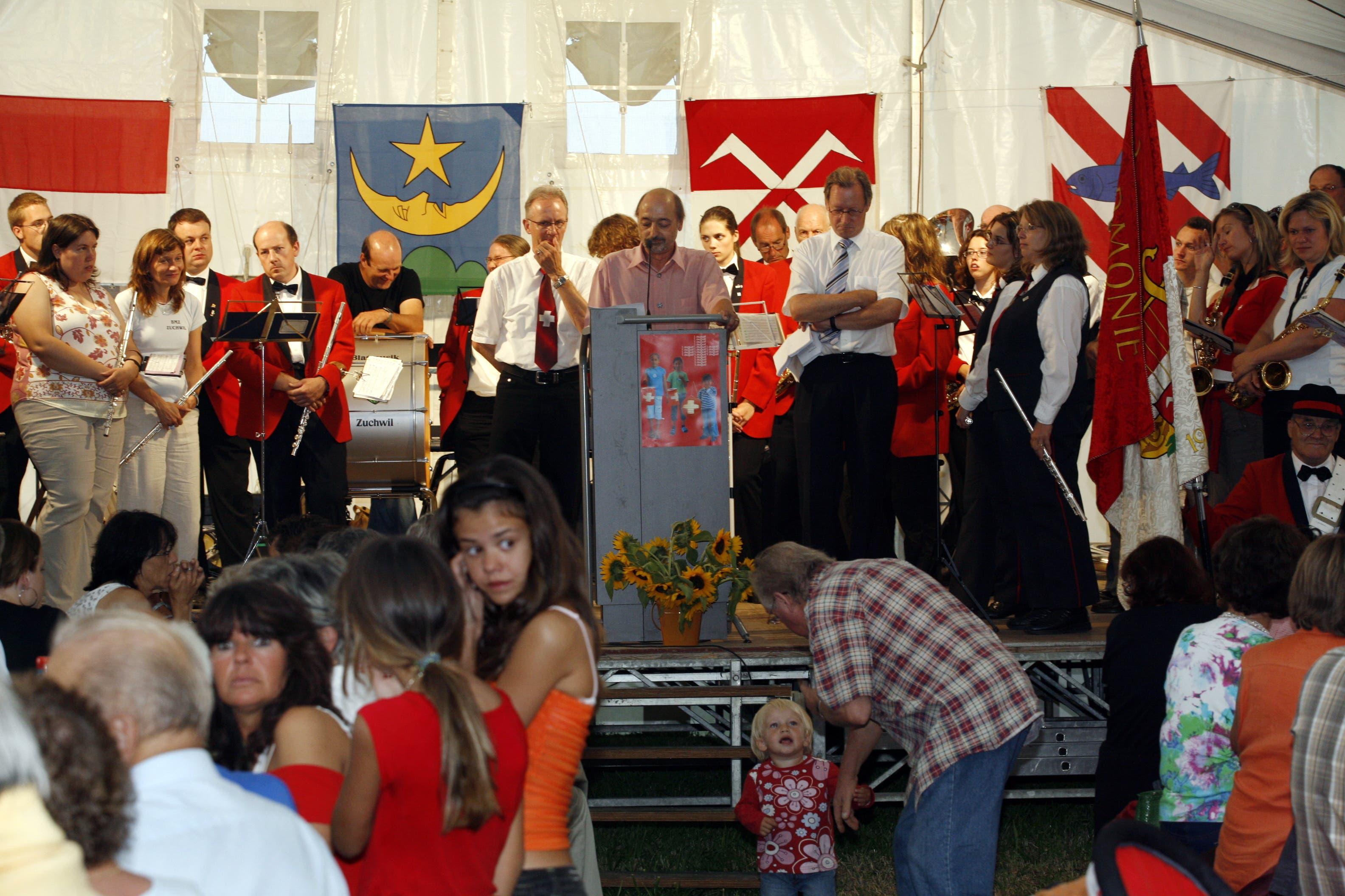 Gemeinsame 1. August-Feier mit Biberist und Zuchwil auf dem Bleichenberg. Kuno Tschumi tritt als Redner auf, plaudert dabei aber auch mit der Bevölkerung.