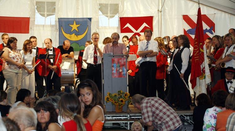 Gemeinsame 1. August-Feier mit Biberist und Zuchwil auf dem Bleichenberg. Kuno Tschumi tritt als Redner auf, plaudert dabei aber auch mit der Bevölkerung. (Hanspeter Bärtschi)