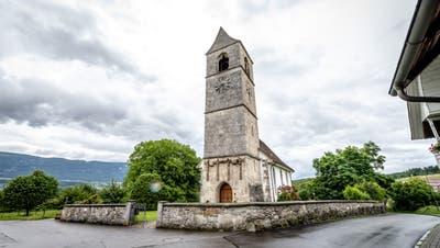 Die alte Linde riss das Vordach der Kirche herunter. (zvg)