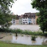 Bereits jetzt sind viele Gärten an den Ufern der Reuss in Mellingen überschwemmt. Für die Gebäude der Altstadt wurden weitere Massnahmen getroffen. (Sarah Kunz)