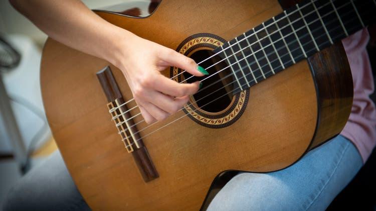 Gitarrenunterricht gehört ebenfalls zum Angebot der Musikschule Bichelsee-Balterswil. ((Bild: Ralph Ribi))