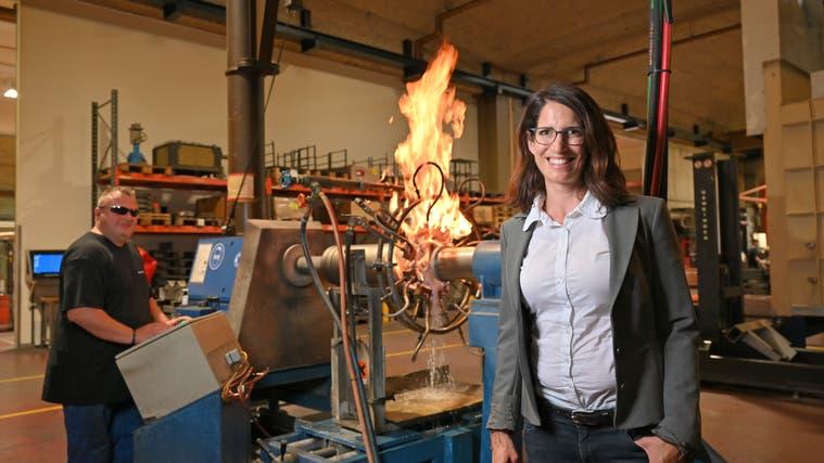 Martina Gerster posiert vor der Flammhärteanlage, die von «Flammengott» Patrick Rütti bedient wird. (Bruno Kissling)