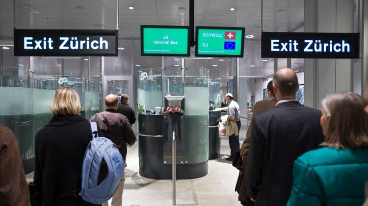 Passagiere am Flughafen Zürich: Die Kontrolle von Coronatests bleibt lückenhaft. (Gaetan Bally / KEYSTONE)