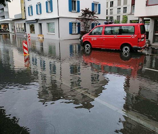 Auch die Gersauerstrasse in Brunnen war am Freitagmorgen geflutet.
