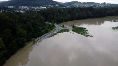 Tosende Flüsse, überflutete Wege und Felder: Eindrückliche Videos der Wassermassen aus dem ganzen Aargau